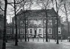 Het Huygenshuis, opname kort voor de sloop in 1876. Amersfoort, Rijksdienst voor het Cultureel Erfgoed (46.789).